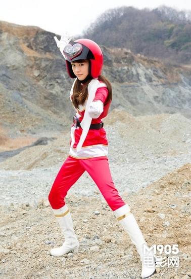 桐谷美玲首触特摄动作片 头顶摩托头盔造型雷人