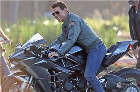 """""""壮志凌云2""""片场阿汤哥骑摩托 飞行员外套+雷朋墨镜+摩托 就是有范儿"""