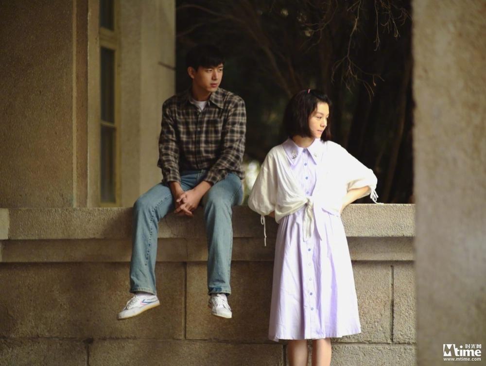 李现&春夏主演《恋曲1980》发剧照 聚焦大学生校园恋情