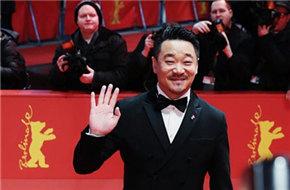 《地久天长》王景春柏林擒熊 成中国首位双料